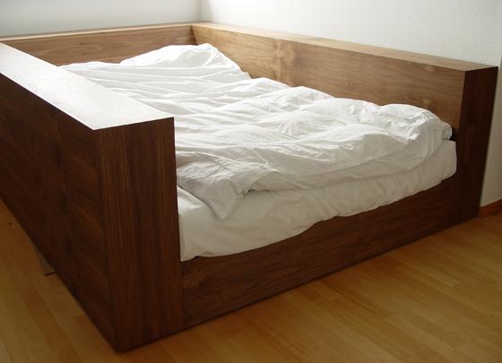 кровать с высокими бортами