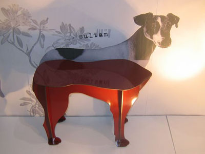 Оригинальный стол, четыре лапы.