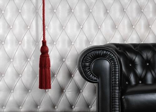 кожаный диван и стена фото